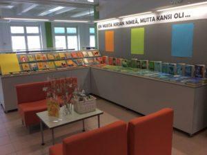 Orimattilan näyttelytilassa kirjoja esillä kannen värin mukaan ryhmiteltynä.