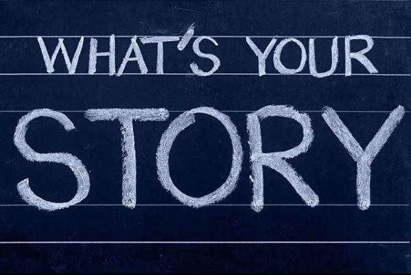 "Teksti ""What's your story"" liitutaululla."