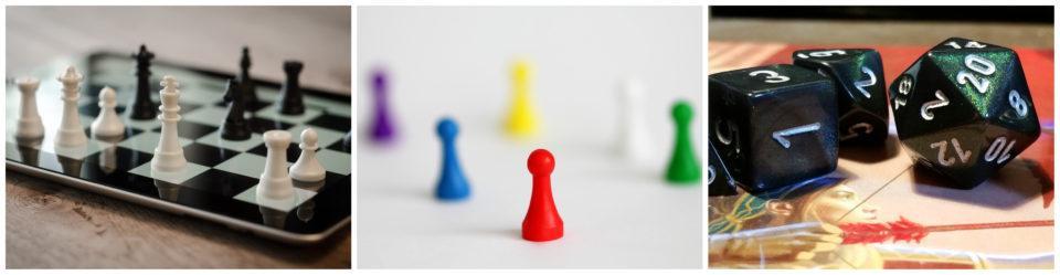 Shakkinappuloita tabletin shakkiruudukolla, eri värisiä lautapelinappuloita ja tummasävyisiä roolipelinoppia.