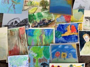 Useita värikkäitä maalauksia paperilla. Maalauksien aiheina mm. orava ja maisema.