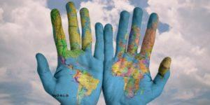 Siniset kädet joissa maailmankartasto
