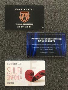 LASB:n, Lahden kaupunginteatterin ja Sinfonia Lahden kausikortit kuvassa