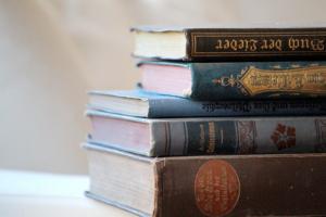 Kuvassa pino kirjoja.